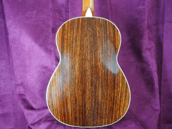classical concert guitar of the luthier graham caldersmith availaible on our website www.concert-classical-guitar.com cedar table and indian rosewood back and sides, back view